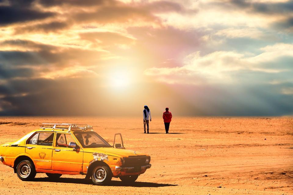 砂漠の風景のオフロード走行車。