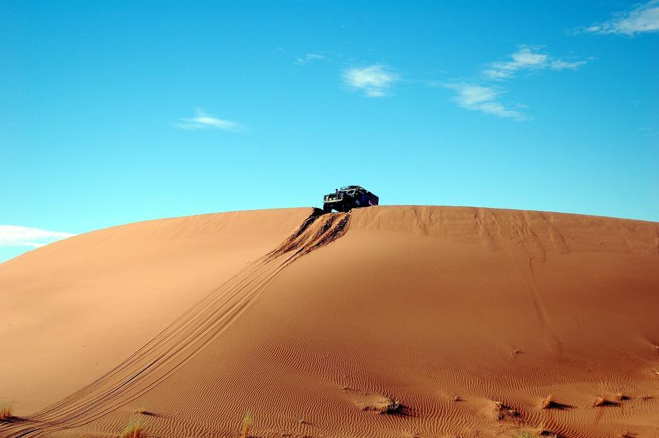 砂漠の道路車オフ