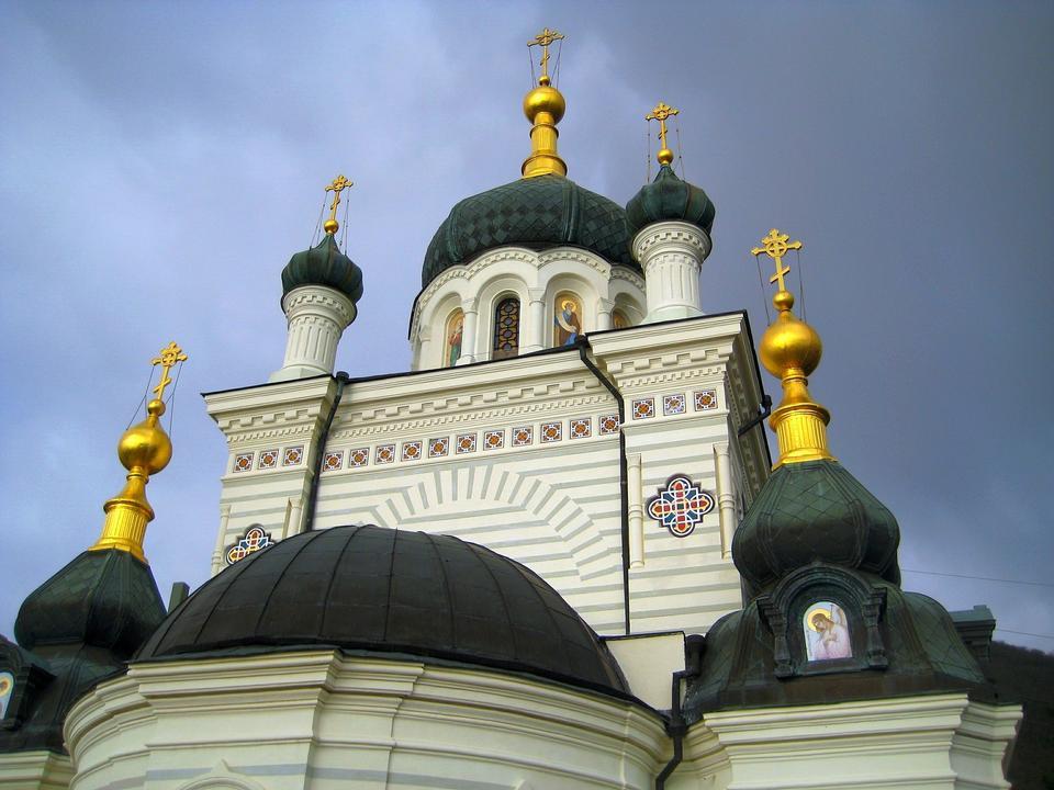 Купол православного храма на фоне голубого неба