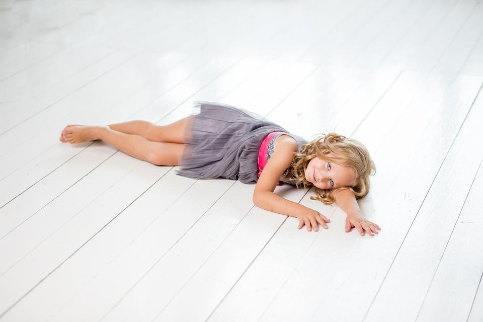 漂亮的孩子躺在木板上。