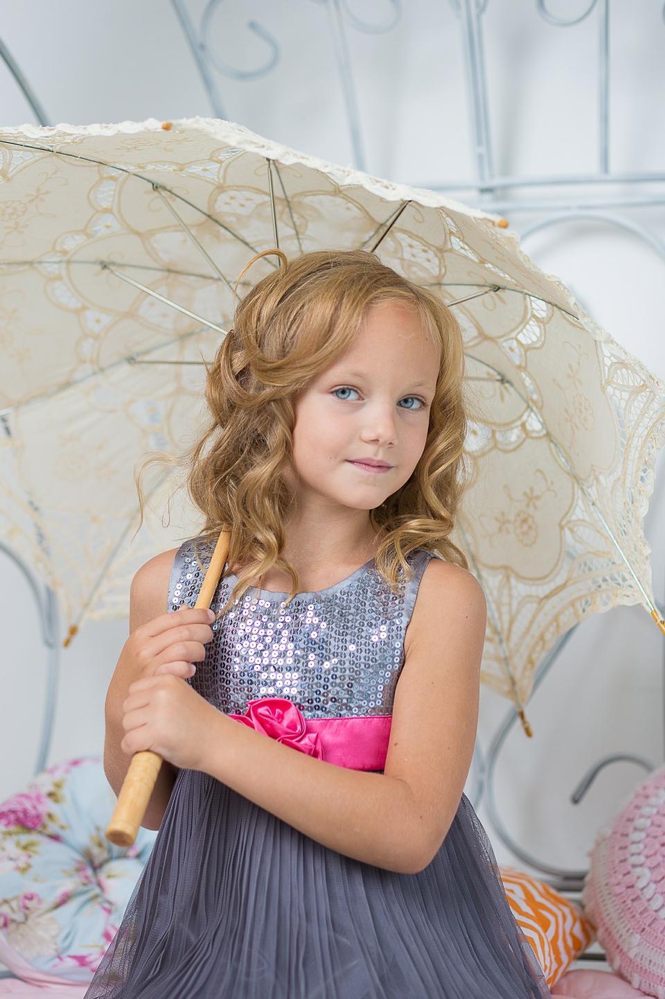 Little cute girl wear the umbrella