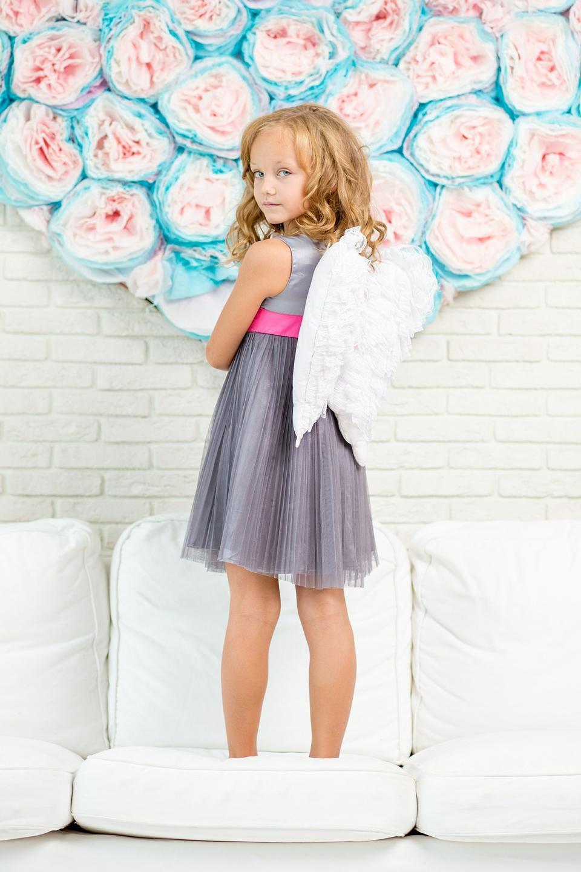 Una niña linda con alas de ángel de mentiras y sonrisas