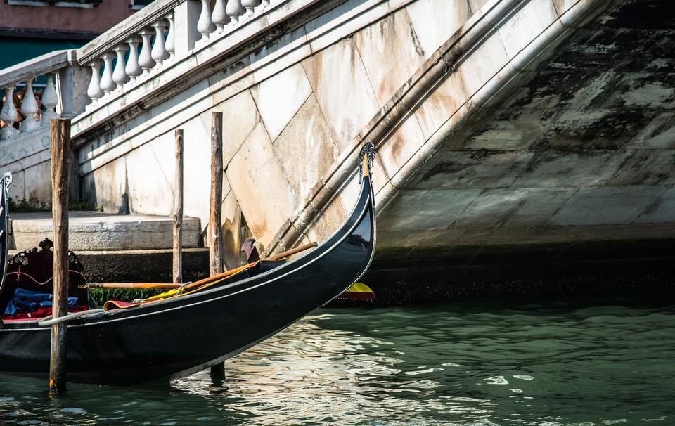 베니스 한숨의 다리를 통해 전달 --gondolas