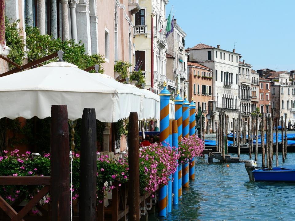 在美丽的威尼斯惊人的观点。许多吊船扬帆