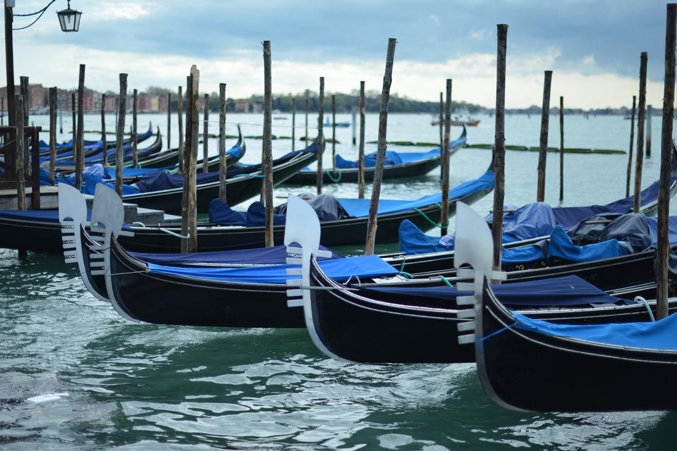 Gondole veneziane al sorgere del sole, Venezia, Italia