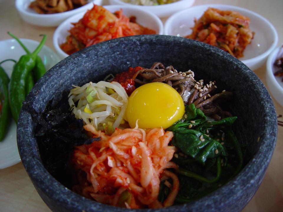 加熱された石のボウルにビビンバ、韓国の料理