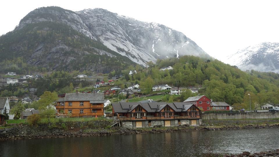 几个小挪威传统的木制房屋由峡湾
