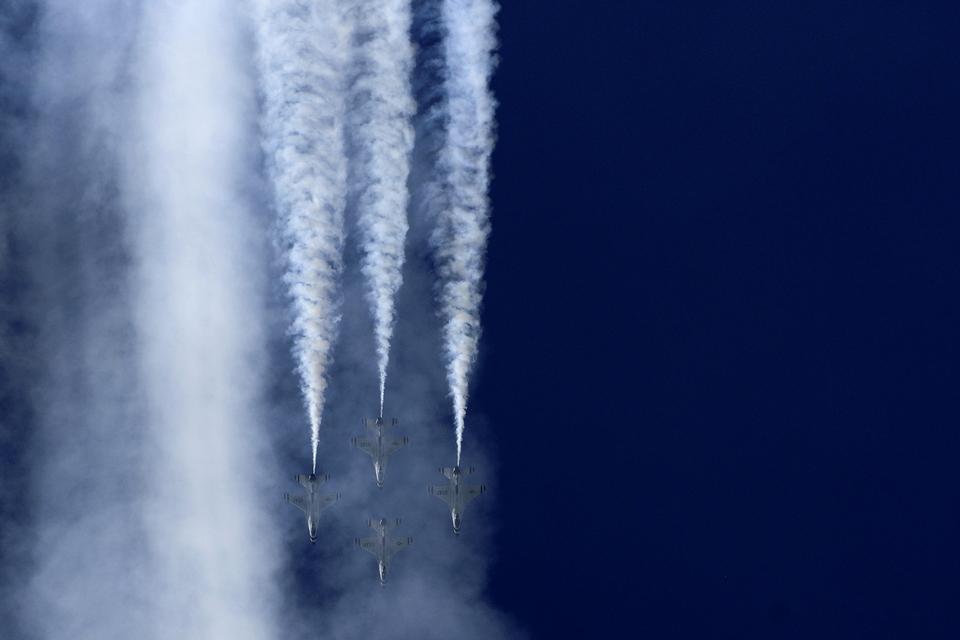 Die US Air Force Thunder führen Luftmanöver