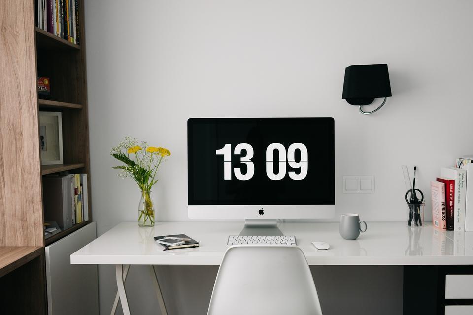 工作区电脑在家里或工作室,一张书桌