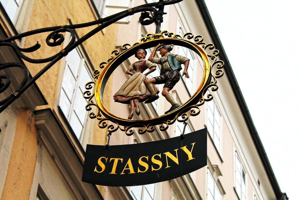 在萨尔茨堡的著名历史购物街的Getreidegasse来看,