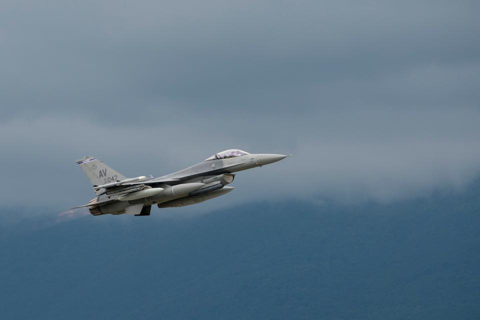 F-16 Fighting Falcon afasta Base Aérea