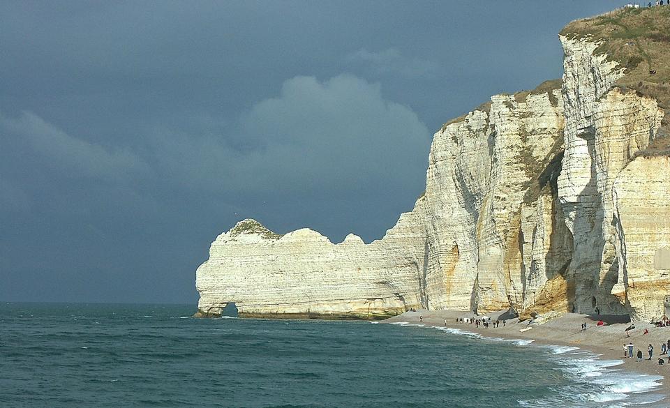 Ориентир и синий океан. С высоты птичьего полета. Нормандия, Франция, Европа.