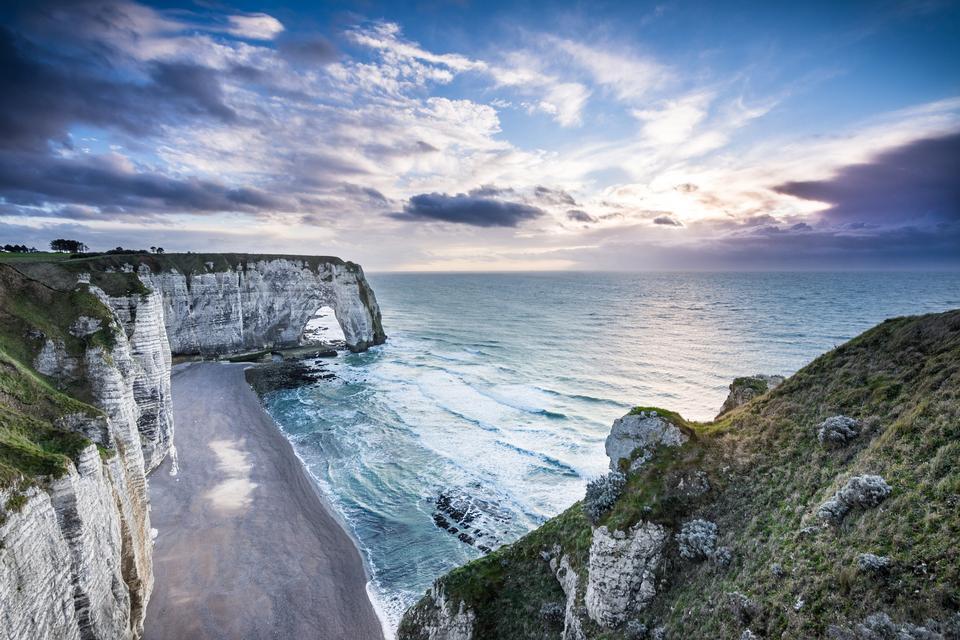 Etretat Aval Klippe, Felsen, natürlichen Bogen Wahrzeichen und blauen Ozean