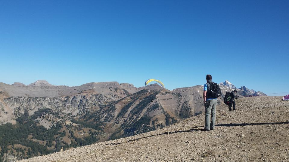 滑翔伞帆船以上怀俄明州Jackson Hole与蓝天