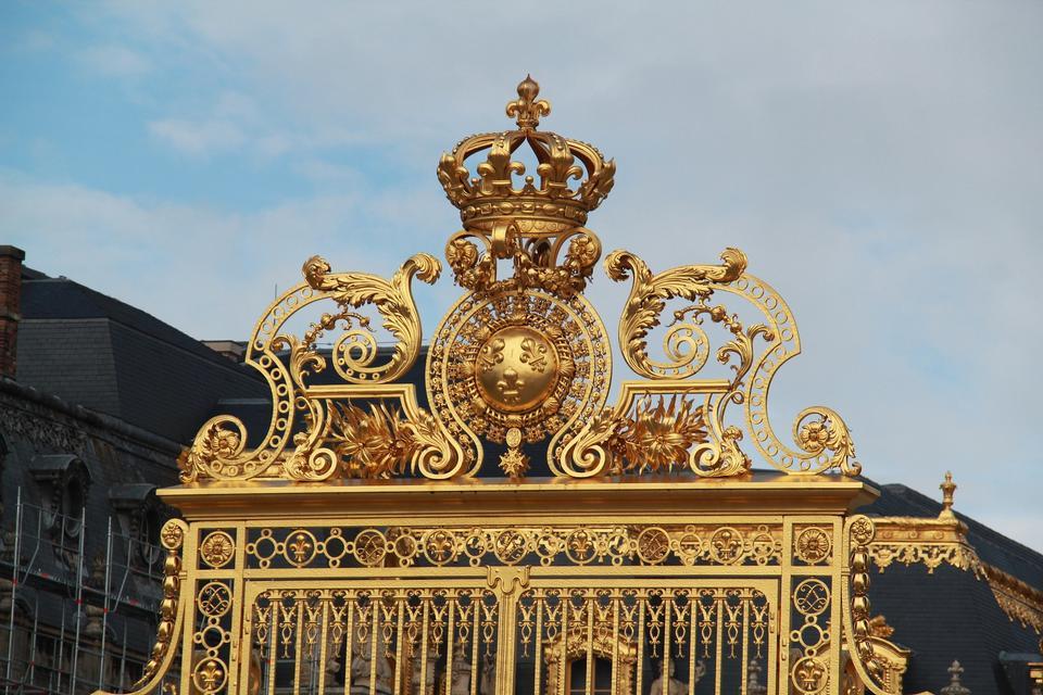 凡尔赛宫的黄金华丽门与蓝天