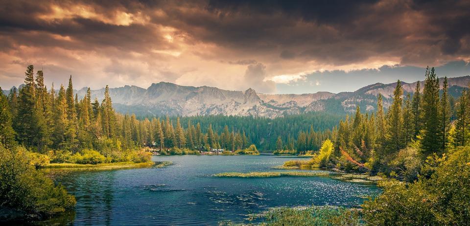 多彩的秋天早晨的高山湖泊。
