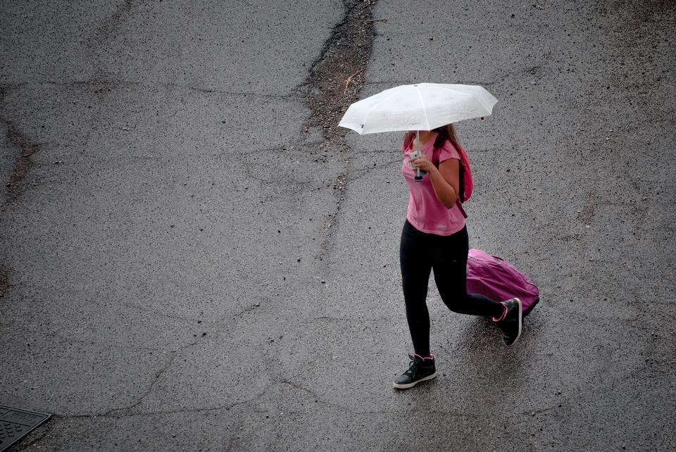 La mujer oculta bajo el paraguas