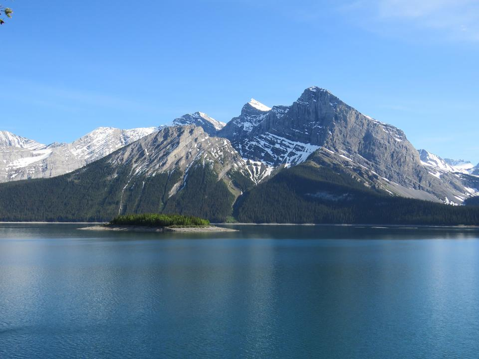 圍繞上卡納納斯基斯湖加拿大艾伯塔省優美的山景