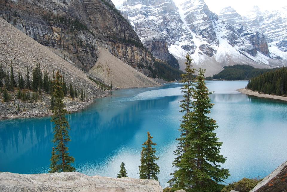 冰碛湖中若隐若现的水晶宝石蓝陷害