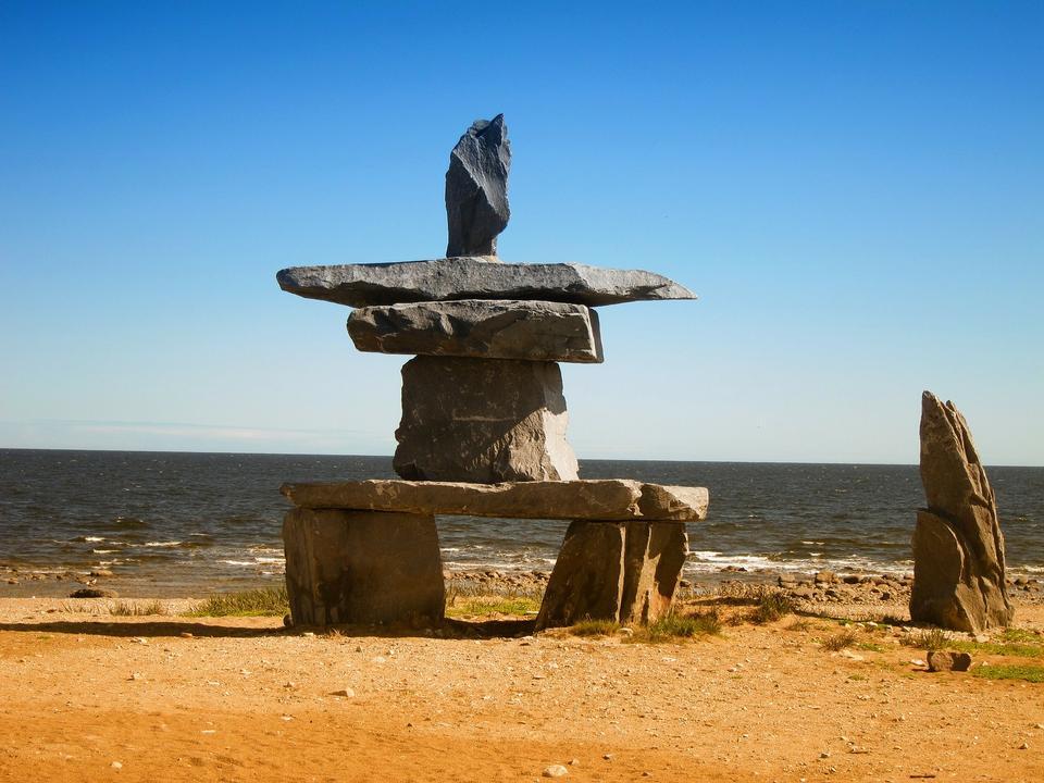 因努伊特石堆在哈德逊湾的丘吉尔,曼尼托巴省的海岸