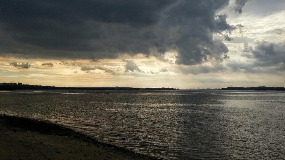 在海滩上傍晚,夕阳在海面