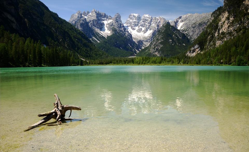 湖面被反射的山脈環繞