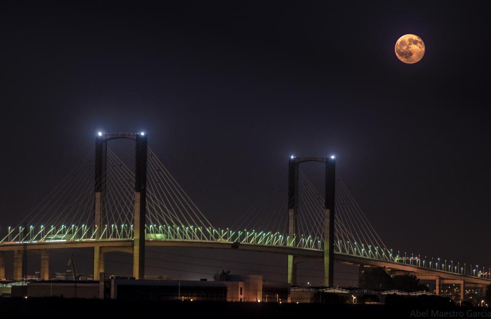 Puente de Triana en Sevilla en la noche, España