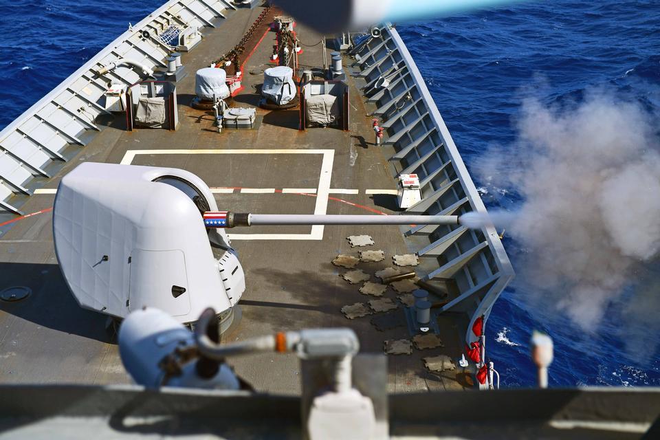 誘導ミサイル巡洋艦は銃を発射します