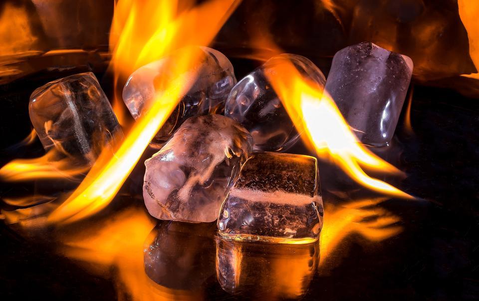 아이스 큐브 및 화재 녹는