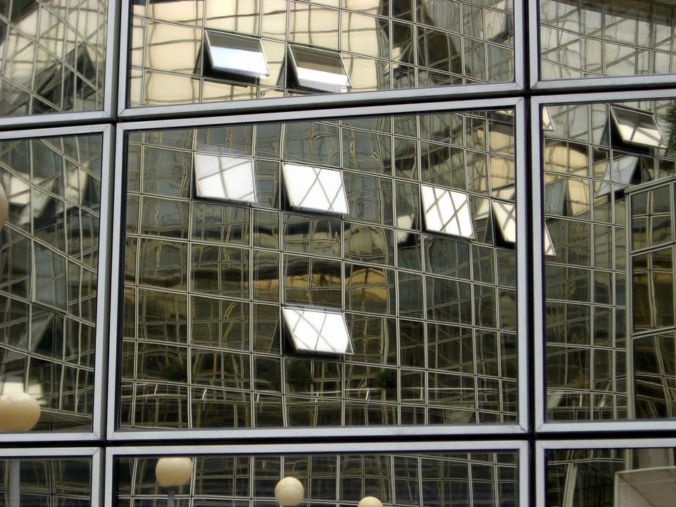 玻璃和鋼 - 現代辦公大樓的鏡像門面