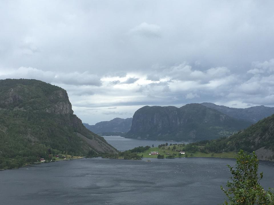 Hordaland郡ノルウェーのTroll's Tongue rockへの道