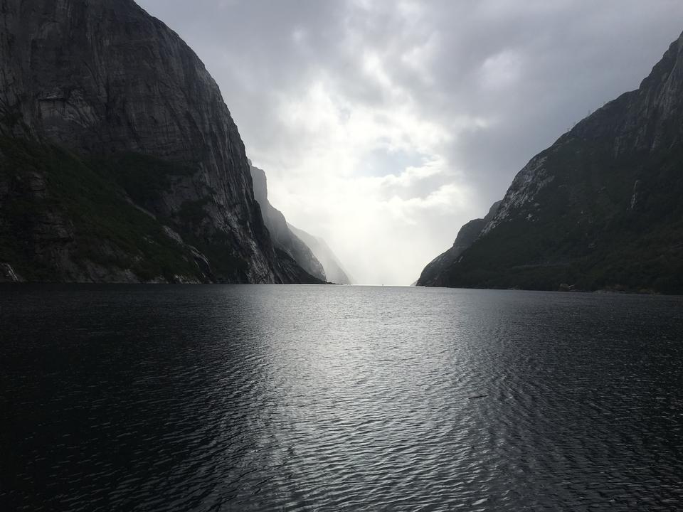 Le sentier menant à la langue de Troll dans le comté de Hordaland en Norvège