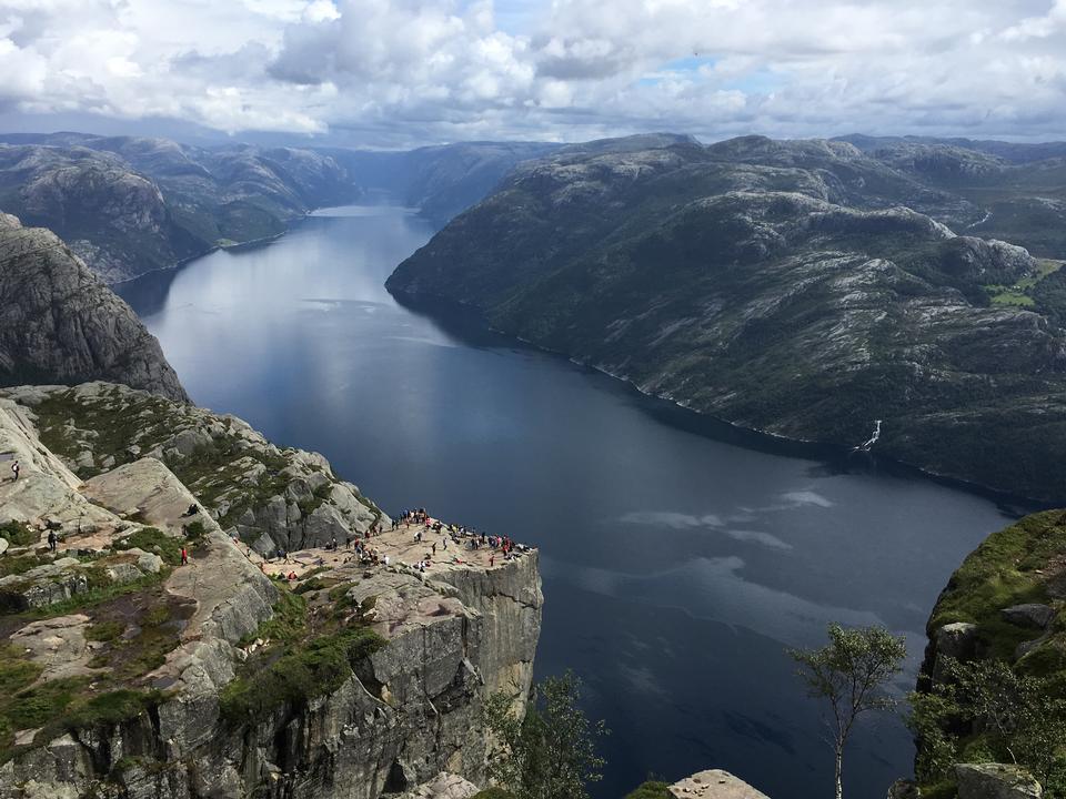 가혹한 바위에 사는 사람들 노르웨이, 트롤 툰가