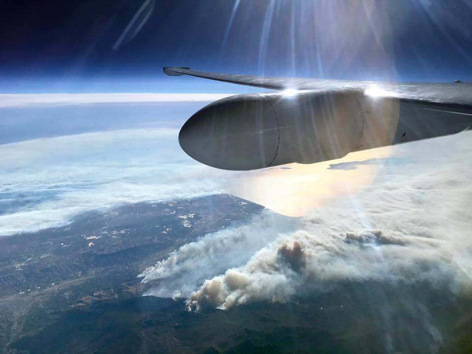 科學飛機飛過加利福尼亞州的Thomas Fire
