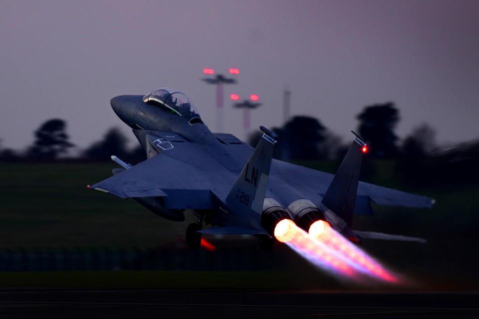 F-15Eストライクイーグルは離陸します