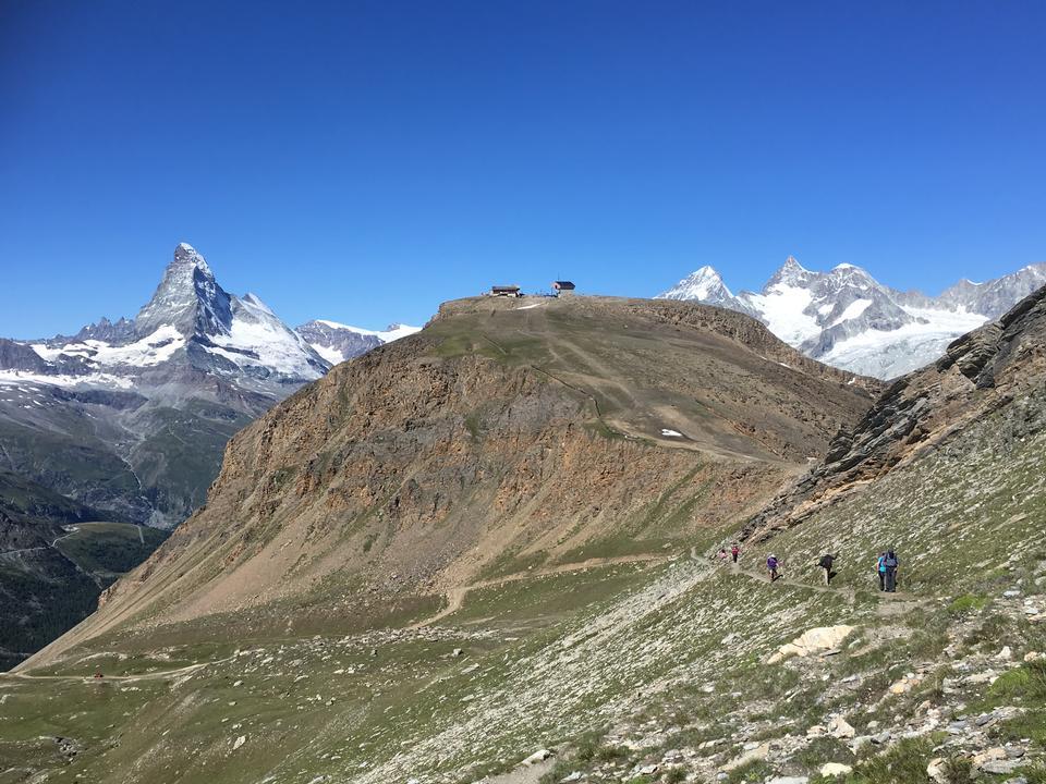 equipo de excursionistas en las montañas. Matterhorn. Alpes suizos