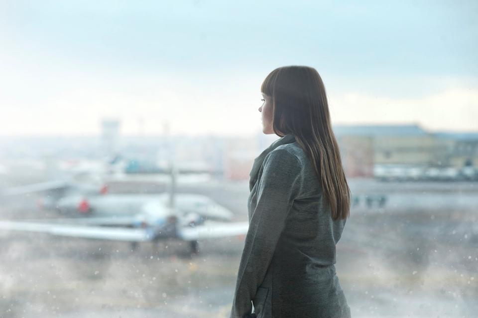 겨울에 젊은 여자