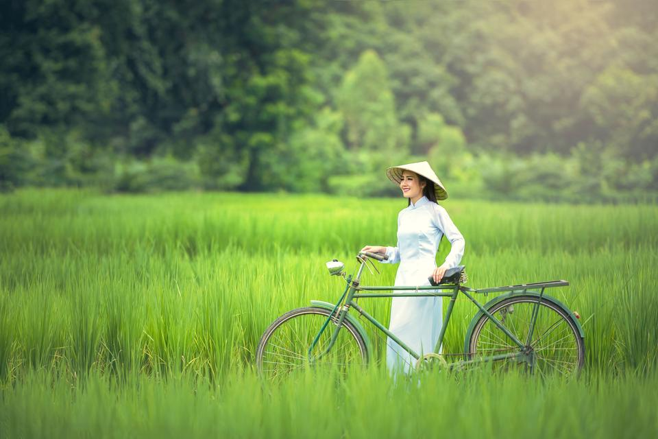 Beautiful Vietnamese woman, Walked with the bike