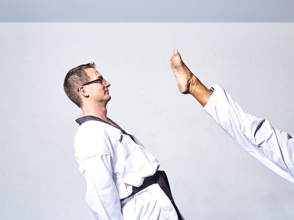 两个年轻运动员跆拳道战士