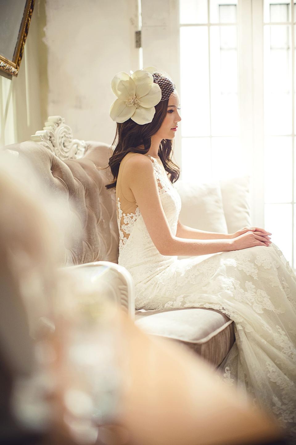 Mujer en vestido de novia floral blanco