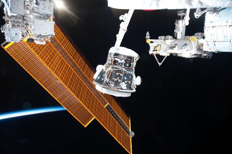 Работа робототехники на космической станции
