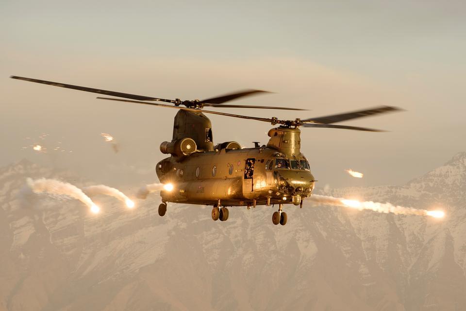 Un helicóptero Chinook de la Real Fuerza Aérea disparando sobre Afganistán