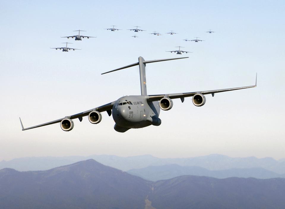 Dreizehn C-17 Globemaster III Flugzeuge fliegen