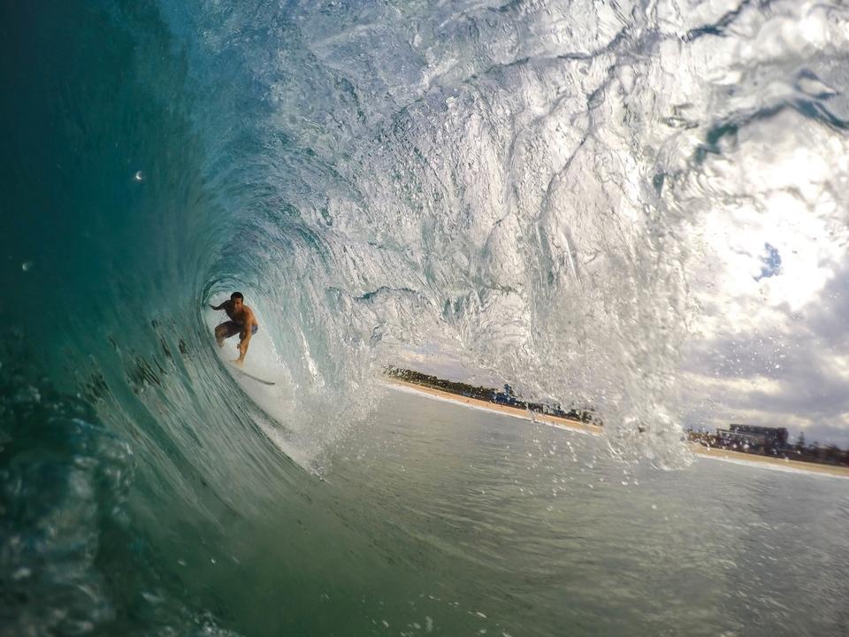 冲浪在波隧道