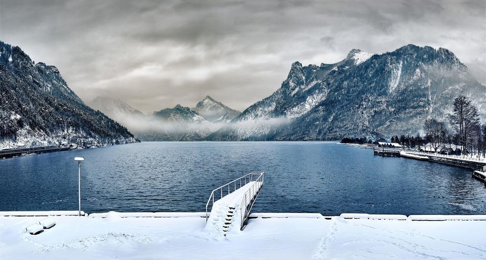 Hermoso lago Traunsee cerca de Salzburgo en Austria