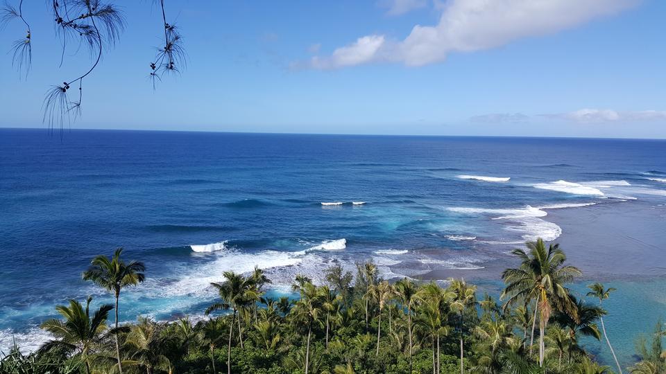 ハワイ州カウアイ島のカララウ山脈沿岸の海岸線