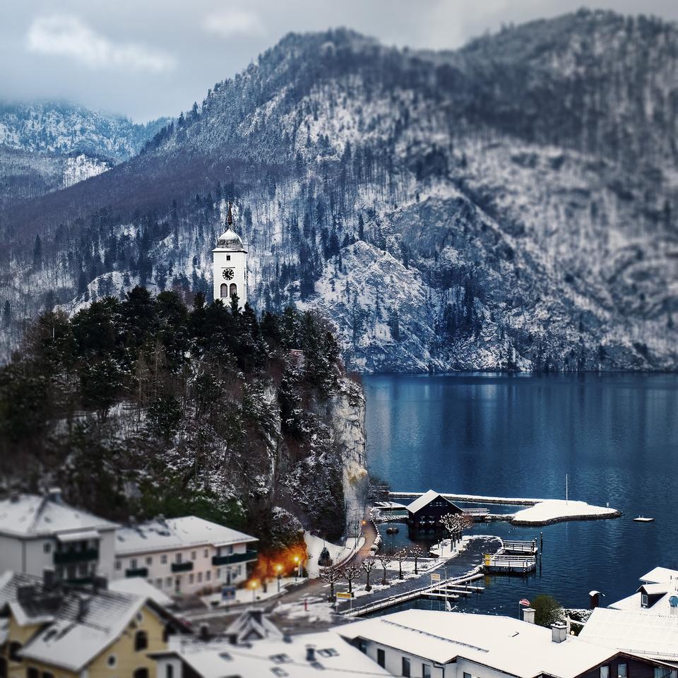 在藍色的水Traunsee湖在夏天,奧地利的遊艇船