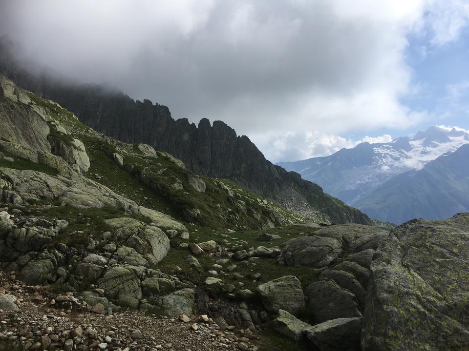 Горная тропа, смотрящая на горный хребет Монблан