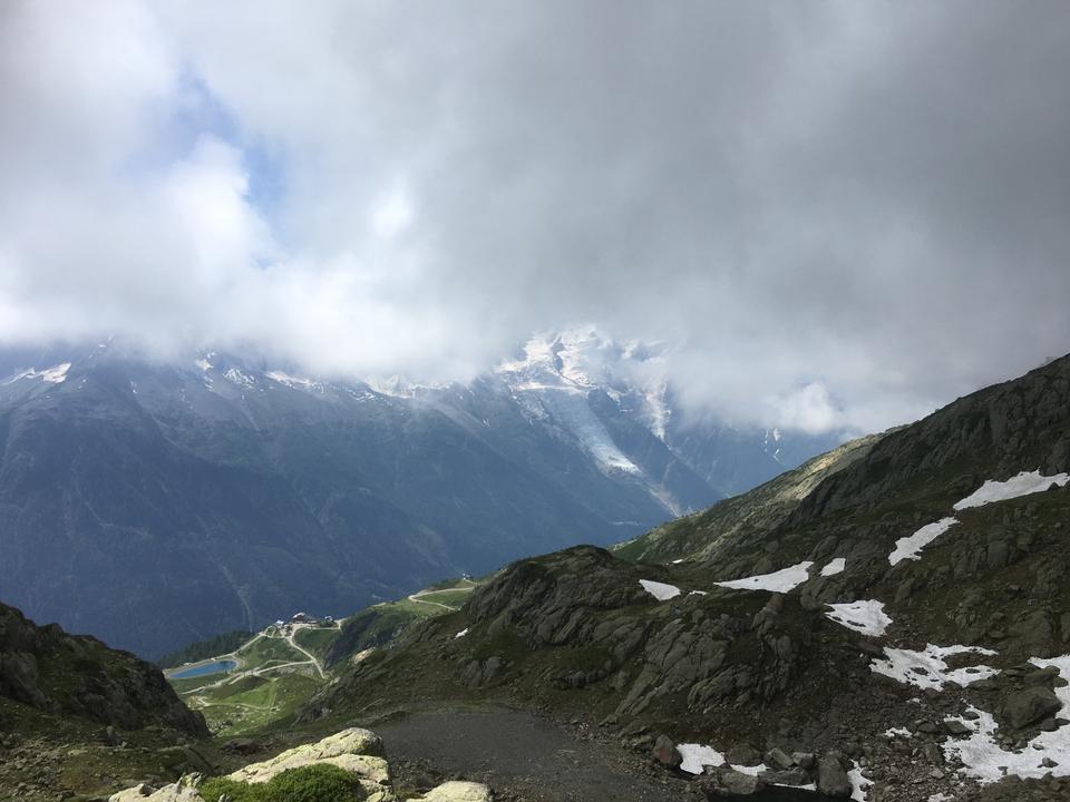 看往勃朗峰山脉的山路