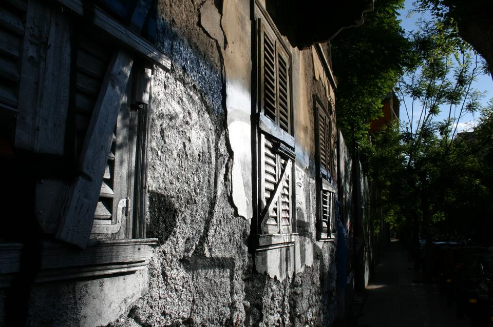 壁に塗られた塗料を剥がして古い板を上に乗せた
